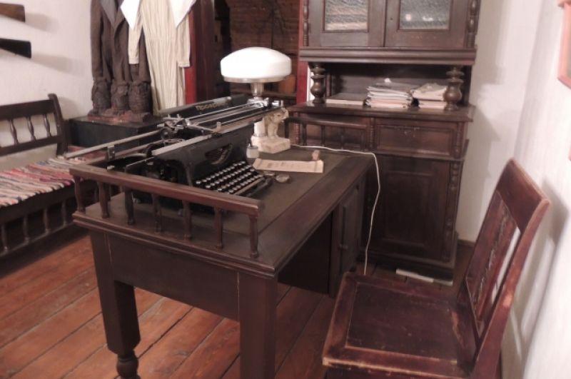 За таким столом в 19 веке работал начальник тюрьмы.