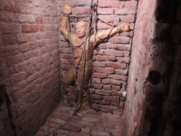 Пытки занимают особое место в тюремном замке. В этих стенах людей били железными плетками, клеймили, зажимали пальцы и т.д.