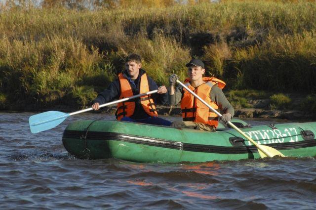 Спасатели обследуют протоку и ее берега