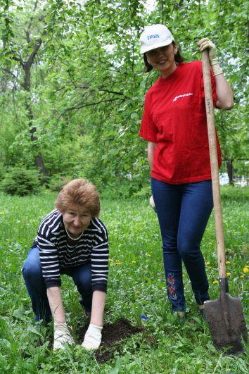 Отдыхающие в парке тоже захотели поучаствовать в хорошем деле.