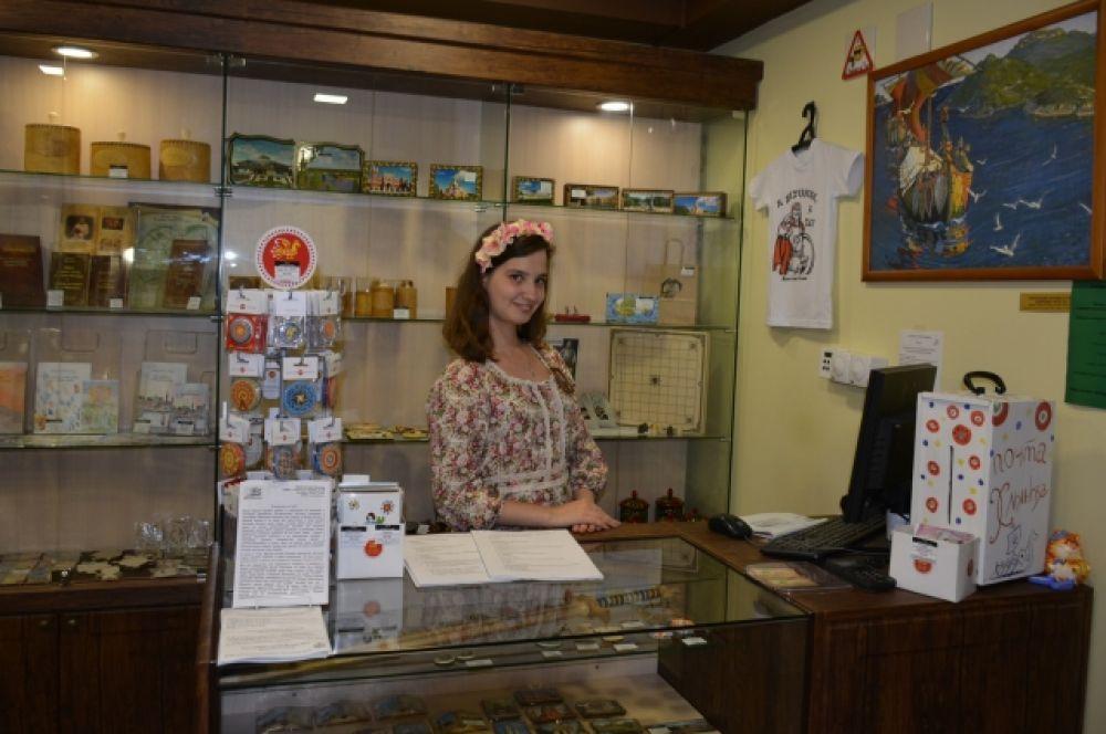 При Музее работает сувенирная лавка, где по самой приятной цене в городе можно приобрести сувениры мастеров вятских промыслов и подарки с символикой города и музея.