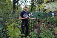 Семён Кропачев на воинском участке у безымянной могилы. Звезда на памятнике – знак, что здесь может быть похоронен участник войны.