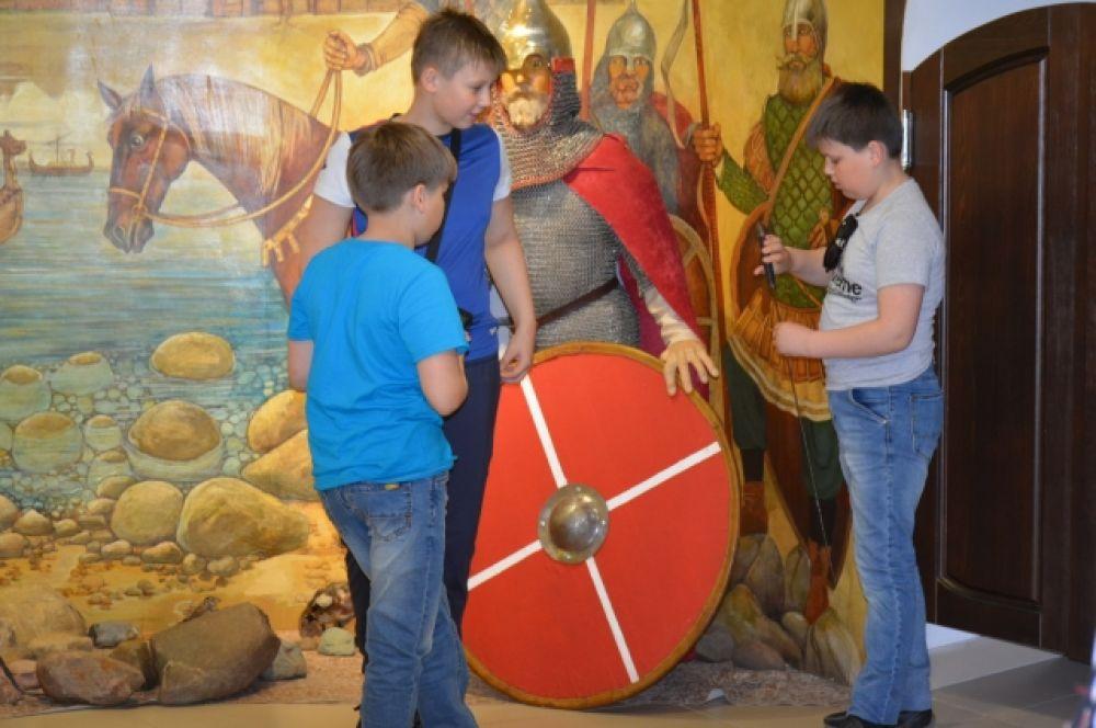 В музее собрана значительная коллекция знаменитого русского средневекового оружия: копье, шестопер, топоры, лук со стрелами, мечи, щиты.