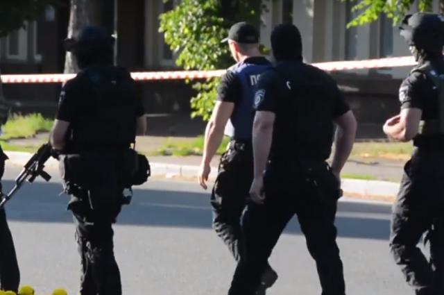 В центре Черкасс вооруженный мужчина угрожает взорвать здание