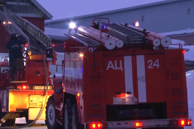 В Кемерове произошел пожар в здании неэксплуатируемого завода.