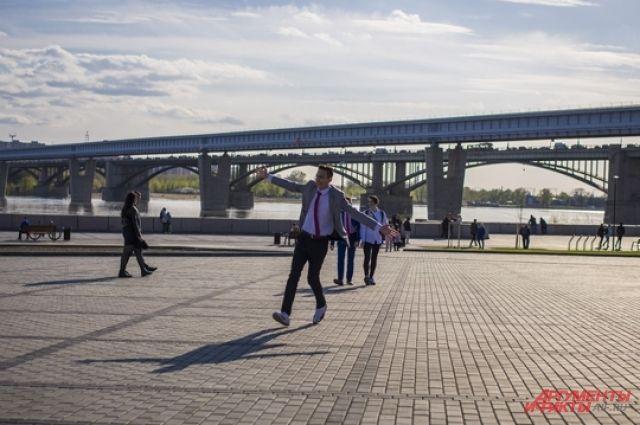 Холодная погода не испугала новосибирских выпускников.
