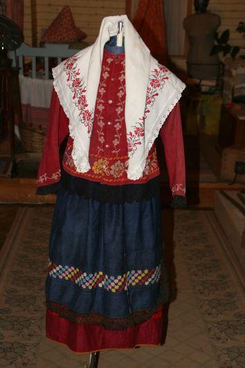 Старожилы из сёл, где носили русские костюмы, подсказывали мастерам, как лучше собрать костюм из разрозненных вещей, хранящихся в Пестречинском краеведческом музее.