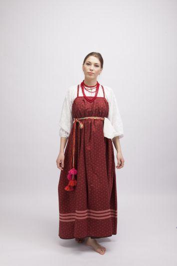 ДЕвушки на выданье носили красные сарафаны, ведь красный считался цветом молодости. В Казанской губернии носили круглые сарафаны со сборкой над грудью.