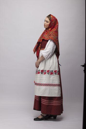 Поверх сарафана женщины надевали передники или запоны, украшенные вышивкой. Запон отличался от передника тем, что завязывался над грудью, а не на талии.