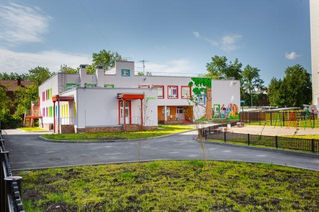 Местные жители обескуражены: прекрасное здание детского садика давно готово к работе, но уже который год пустует.