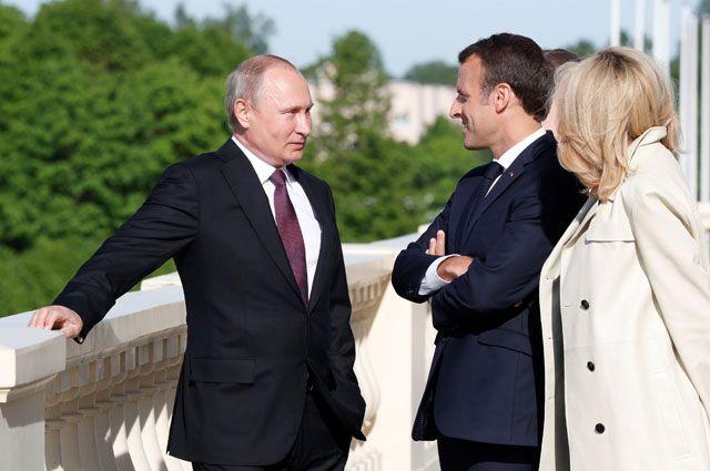 Президент России Владимир Путин встретился с президентом Франции Эммануэлем Макроном и его женой Бриджит Макрон в Санкт-Петербурге.