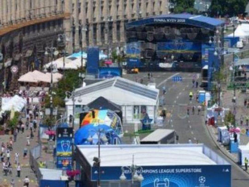 Фан-зона в Киеве с высоты птичьего полета. Несмотря на то, что фан-зона была требованием комиссии УЕФА, она все же принесла неудобства жителям столицы, поскольку Крещатик пришлось перекрыть.