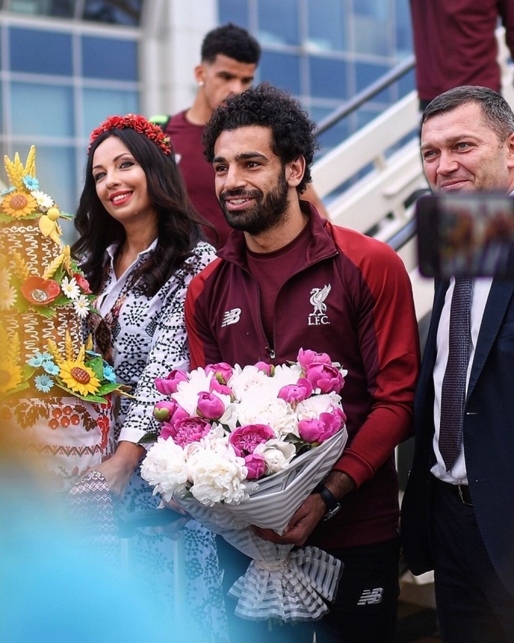 "Мохаммед Салах - форвард команды ""Ливерпуль"" фотографируется с фанатами."