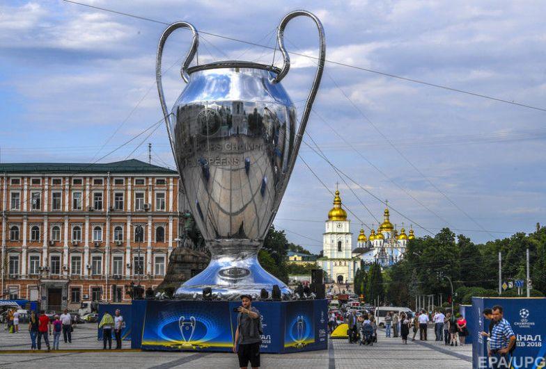 В фан-зоне также установлена огромная модель кубка Лиги Чемпионов.