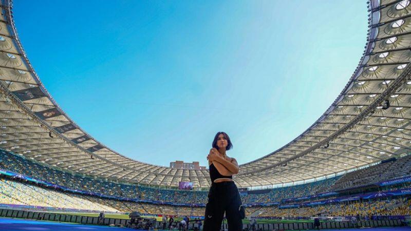 Кстати, вместе с многочисленными болельщиками в Киев приехала и известная британская певица Дуа Липа и уже успела принять участие в фотосессии на НСК