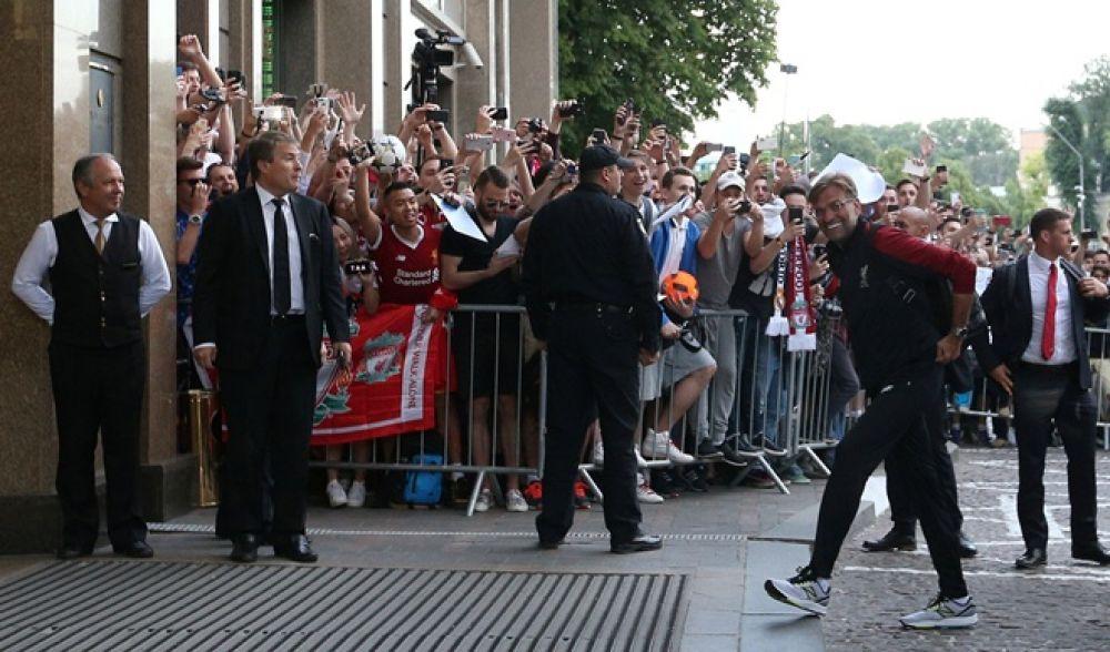 Юрген Кропп радуется встрече с фанатами на входе в гостиницу.