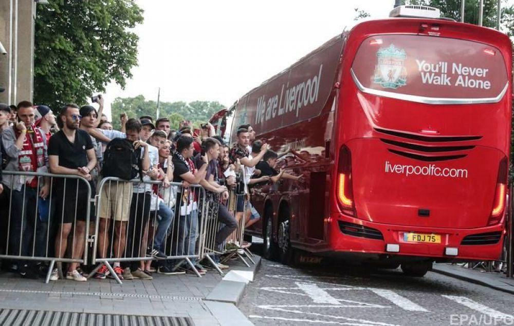 """Автобус с командой """"Ливерпуля"""" встречают фанаты."""