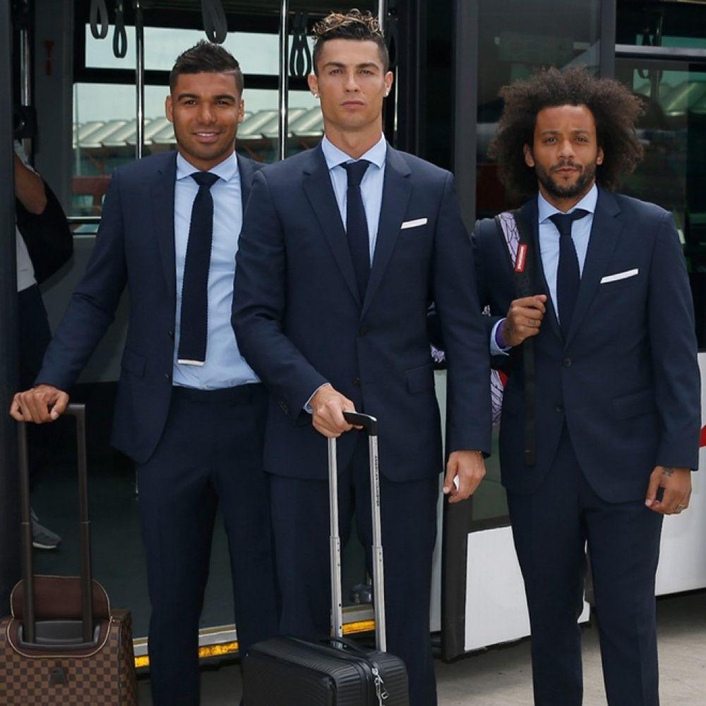 Кстати, команда прибыла в Украину не в своей сине-бело-золотой форме, а в официальных костюмах.