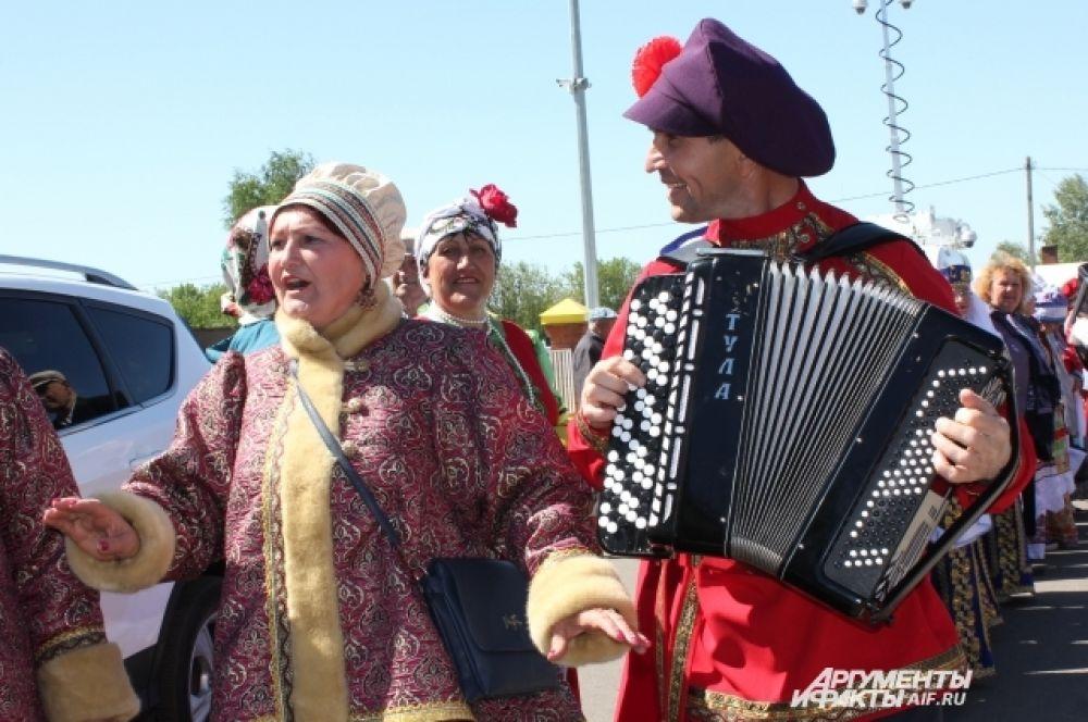 С раннего утра в сере Никольском начали собираться фольклорные коллективы со всей страны.