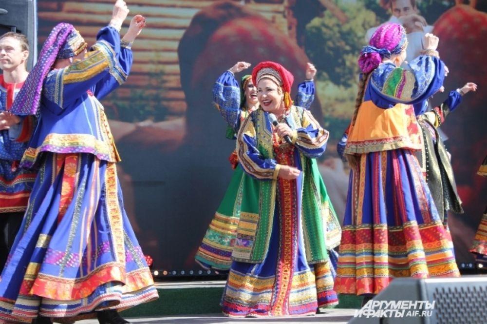 Вместе с певицей на сцене танцевали и пели артисты театра «Русская песня».
