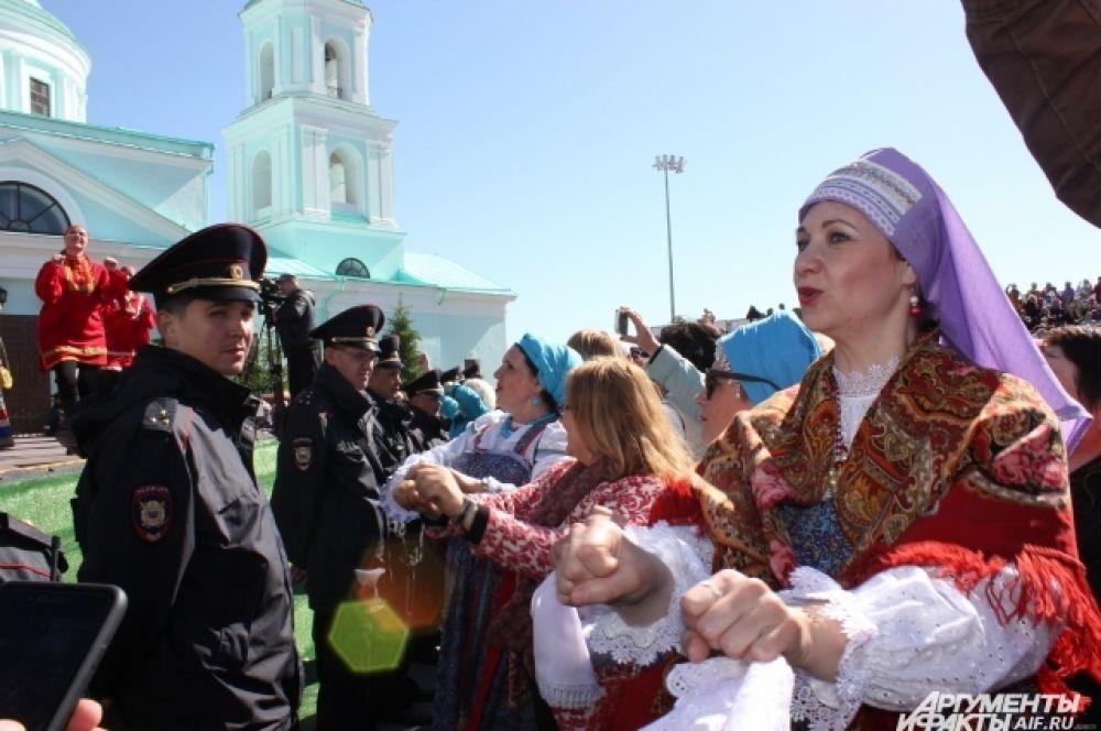 Зрители повторяли движения за Надеждой Бабкиной под знакомые всем песни.