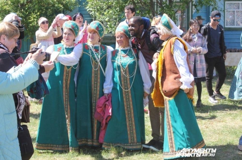 Даже иностранцы приехали в Никольское, чтобы побольше узнать о русских традициях...