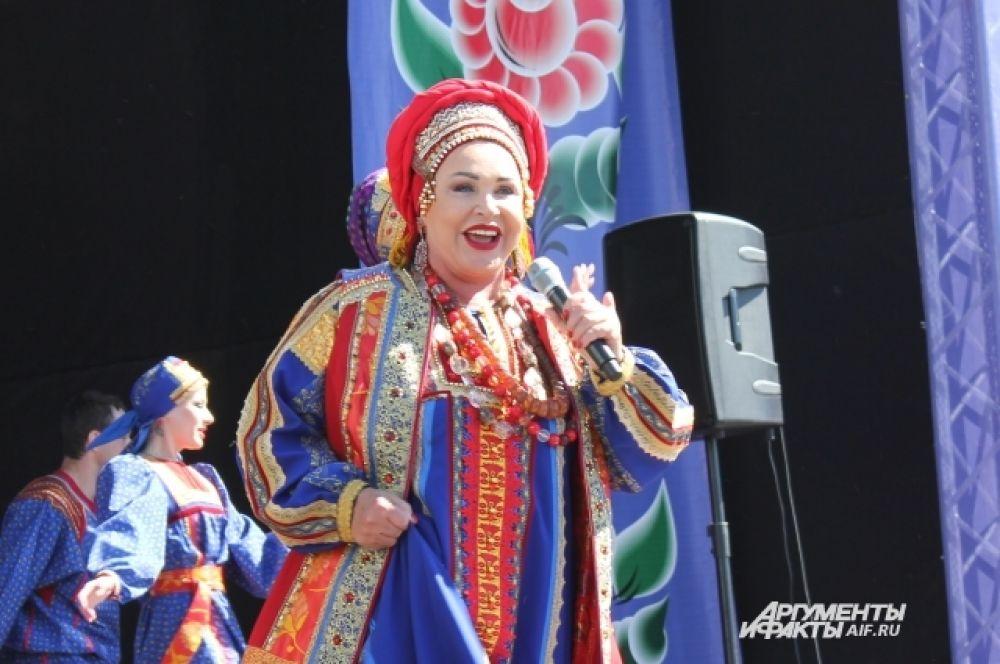 В заключении фестиваля на главной сцене выступила Надежда Бабкина.