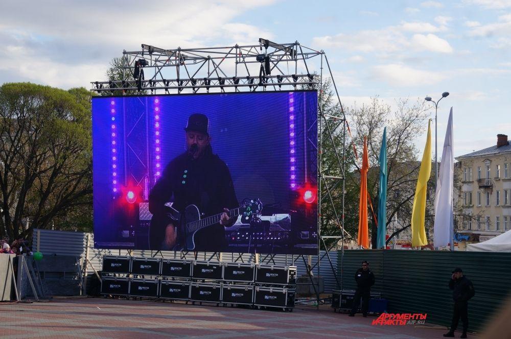 Чтобы выступление увидели даже те, кто находился далеко от сцены, концерт транслировали на большом экране.