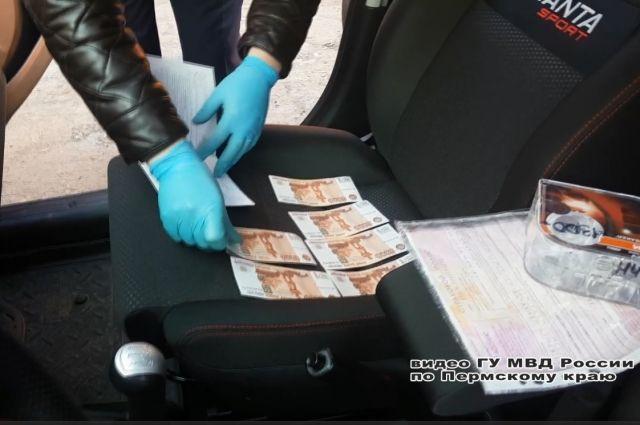 У подозреваемых, которых задержали с поличным, обнаружили 14 поддельных банкнот достоинством пять тысяч рублей.