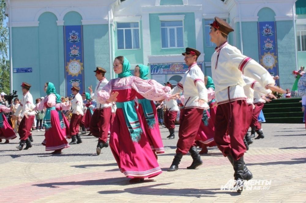 Девушки и парни в танце рассказали о традициях праздника.