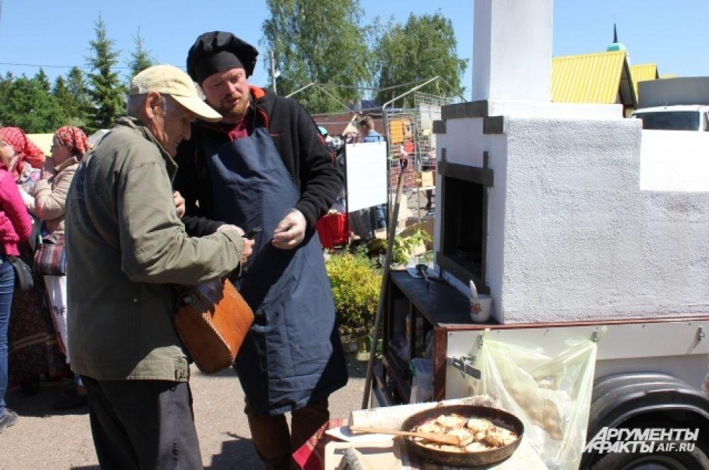 На фестивале можно было было отведать калитки и перепечи из мобильной русской печки.