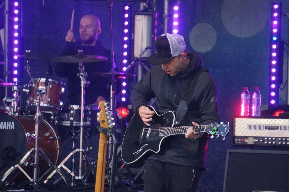 За время выступления Рома Зверь несколько раз менял гитары.