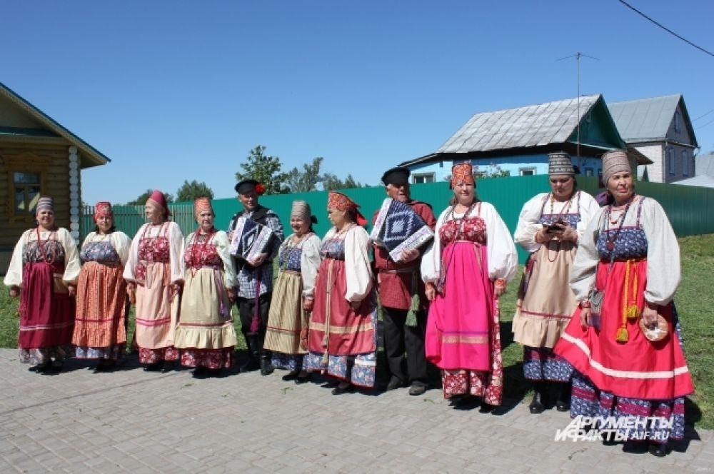 Гости дивились разнообразию народных костюмов.