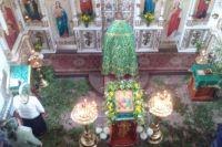 Священнослужители облачаются в зелёные одежды, а прихожанки надевают на голову зелёные платки.