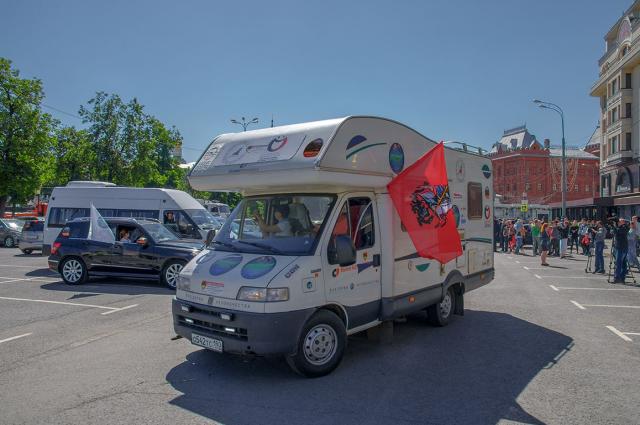 Машина участников автопробега на старте в Москве.