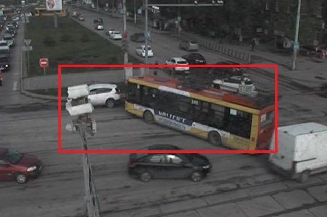 Автобус столкнулся с иномаркой утром в понедельник в центре Перми.