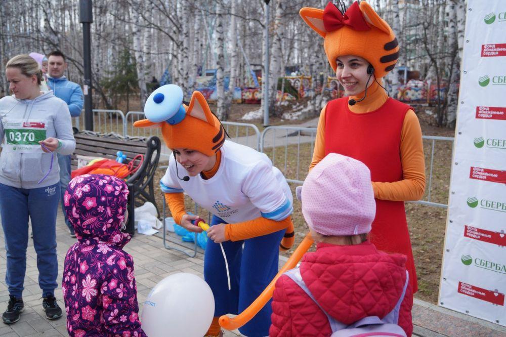 """Аниматоры в костюмах героев мультфильма """"Три кота"""" развлекали маленьких гостей мероприятия."""