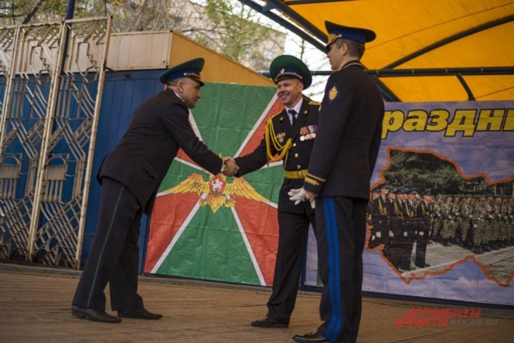 Смелых и мужественных сотрудников пограничных войск поздравляли с праздником.