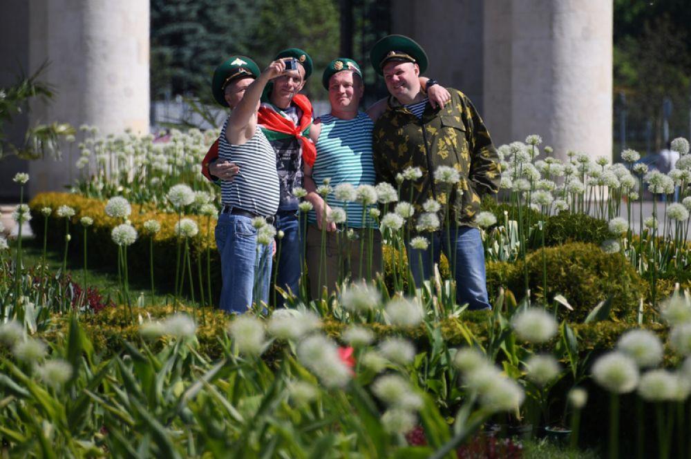 Пограничники в запасе во время празднования Дня пограничника в Центральном парк культуры и отдыха имени Горького в Москве.