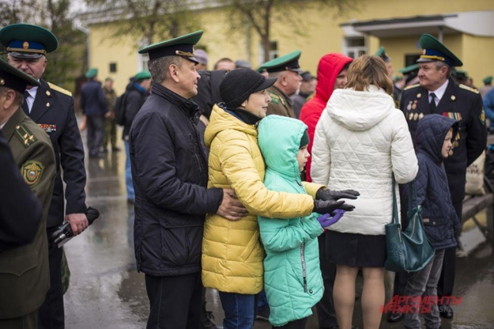 Там собрались сотни пограничников и ветеранов службы пограничных войск, а также их родные и близкие.