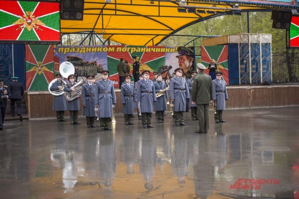 Тем временем, на сцене выступил военный оркестр.