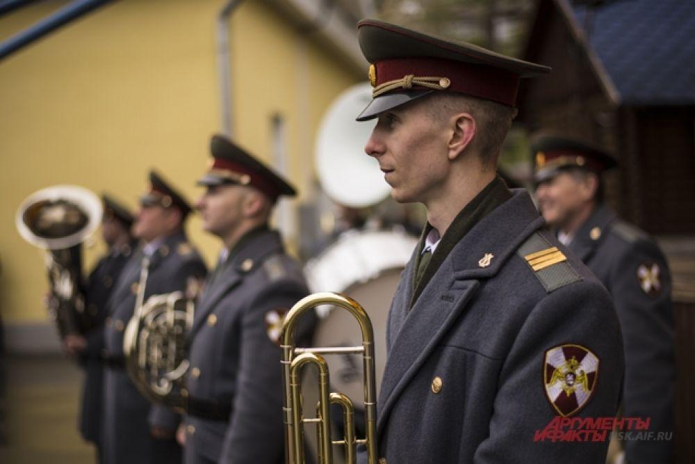 Участники оркестра исполняли тематические композиции.