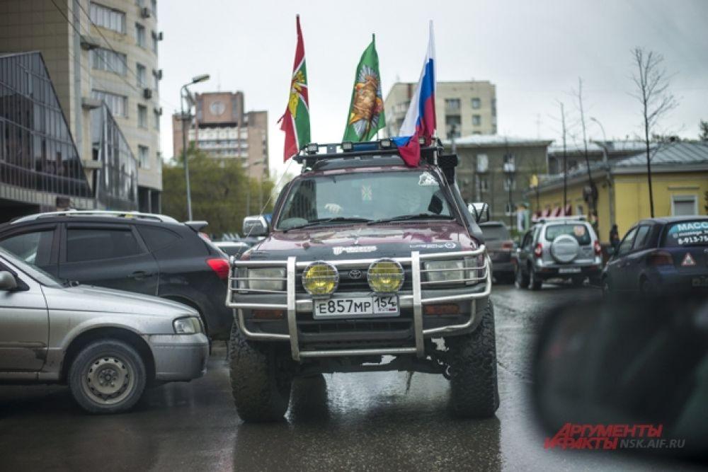 Их автомобили были узнаваемы на всех улицах города.