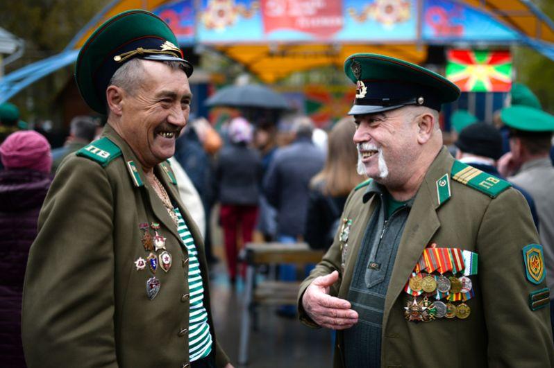 Пограничники в запасе во время празднования Дня пограничника в Центральном парке в Новосибирске.