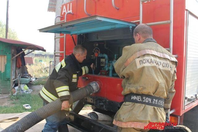 Полчаса пожарные боролись с огнем.
