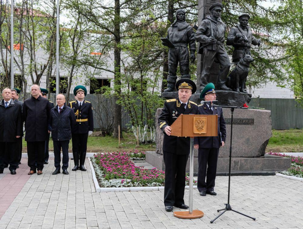 Празднование Дня пограничника в сквере пограничников Арктики в Мурманске.