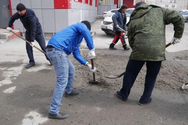 Возле школы своими силами сделали ямочнй ремонт дороги