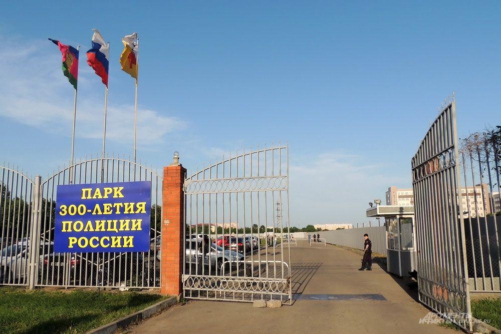 Вход в парк имени 300-летия полиции России расположен по улице Дзержинского между улицами Грибоедова и Кореновской.