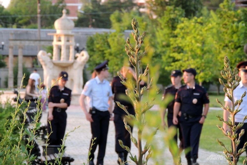 За порядком в парке следят курсанты Краснодарского университета МВД России.