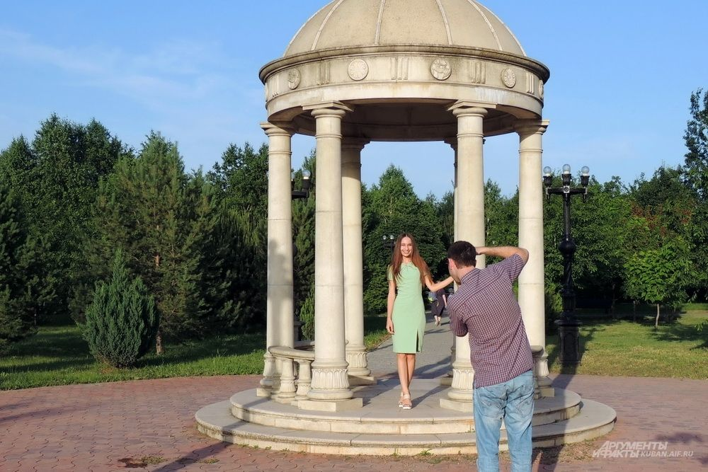 Посетители парка фотографируются.